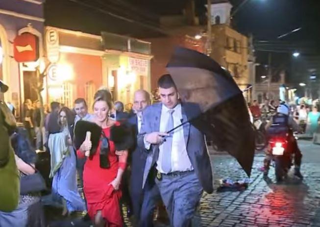 Los invitados temían que también les lanzaran huevo al salir de la iglesia. (Foto Prensa Libre: AFP / YouTube)
