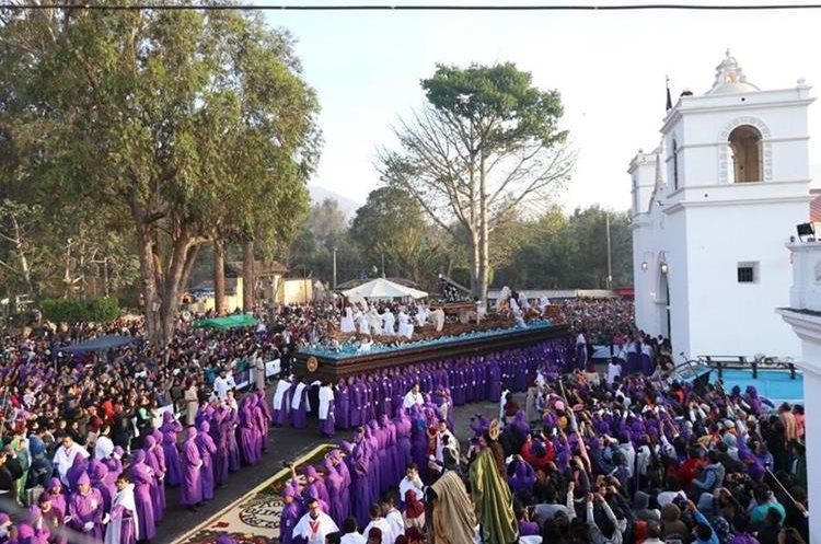 La procesión de Jesús de la Caída, de San Bartolomé Becerra, recorre Antigua Guatemala, Sacatepéquez, desde las 6.00 horas y retornará al templo a 1.30 horas del  lunes. (Foto Prensa Libre: Renato Melgar)