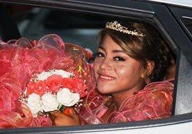 Yaquelin Vanessa Mauricio Barahona llegó a su fiesta de 15 años a bordo de su elegante vehículo, en Chiquimula. (Foto Prensa Libre: Mario Morales)