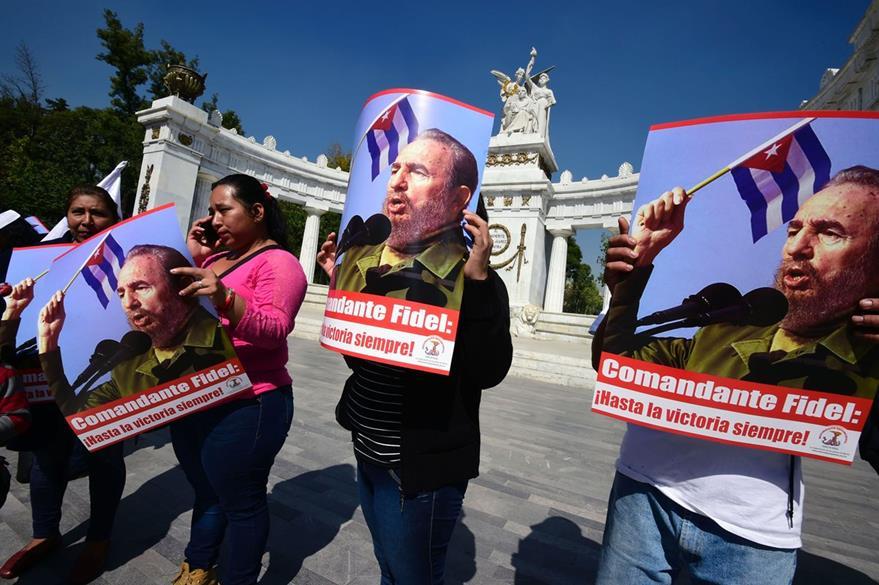Cubanos despiden a Fidel Castro en su paso por La Habana. (Foto Prensa Libre: AFP).