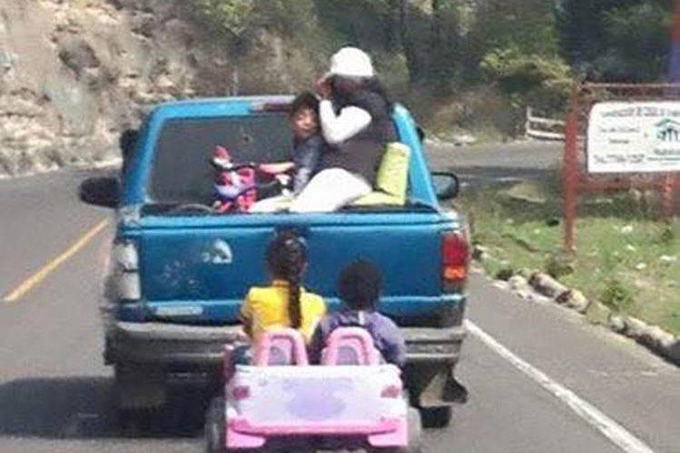 Imagen muestra cómo viajaban los dos niños. (Foto Prensa Libre: tomada de Facebook).
