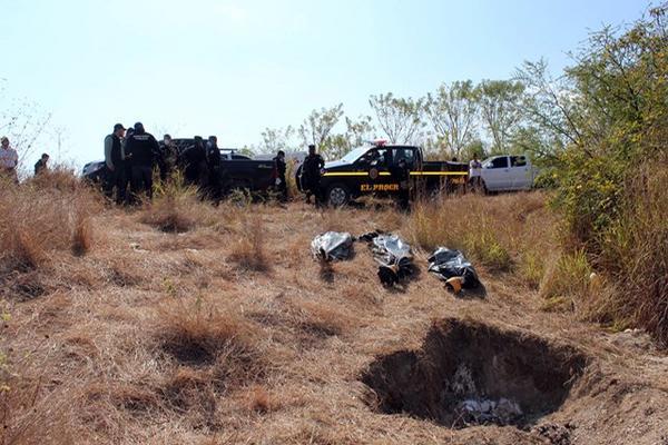 <p>Los tres cadáveres estaban enterrados en un terreno baldío de la aldea Agua Sálobrega, en Sanarate, El Progreso. (Foto Prensa Libre: Hugo Oliva)</p>