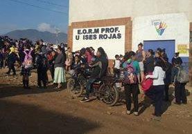 Estudiantes y padres de familia de la Escuela Oficial Rural Mixta Ulises Rojas, Bárcenas, Villa Nueva, tomaron el plantel durante dos días para exigir la contratación de una maestra. (Foto Prensa Libre: cortesía)