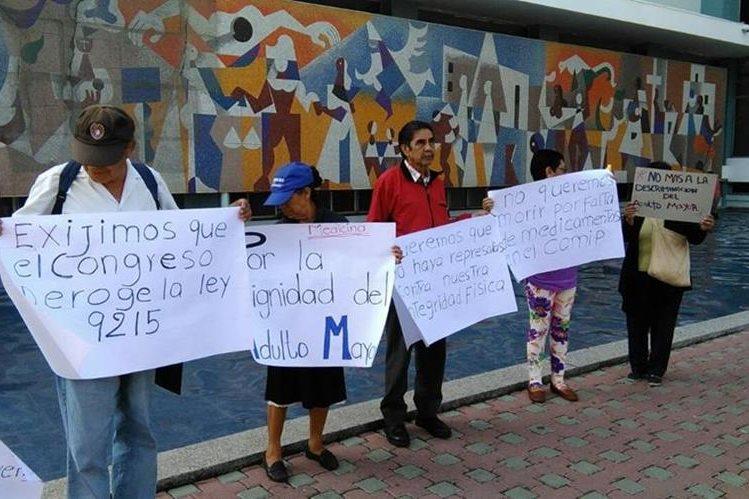 Seis pensionados exigen frente a las oficinas del IGSS, en la zona 4, medicamentos y atención médica. (Foto Prensa Libre: Geldi Muñoz)
