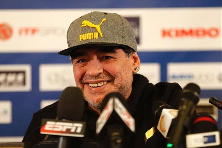 Diego Maradona se encuentra en Italia por los festejos del 30 aniversario del primer escudetto del Nápoli. (Foto Prensa Libre: AFP)