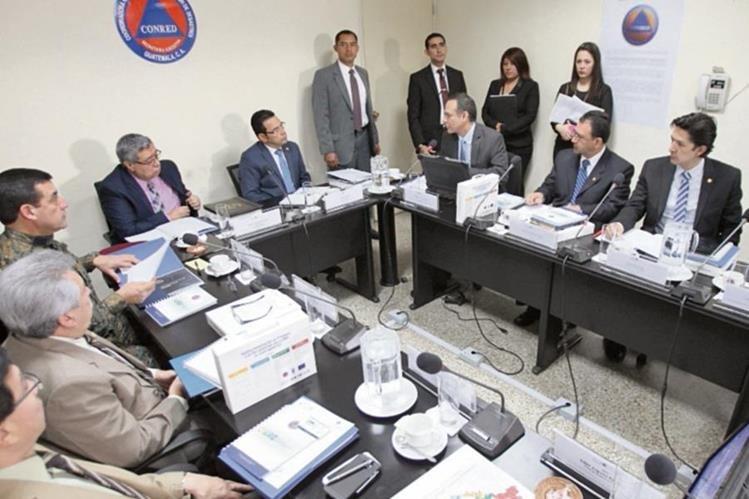 Alejandro Maldonado explica a Morales y Cabrera la situación de vulnerabilidad del país. (Foto Prensa Libre: Erick Ávila)
