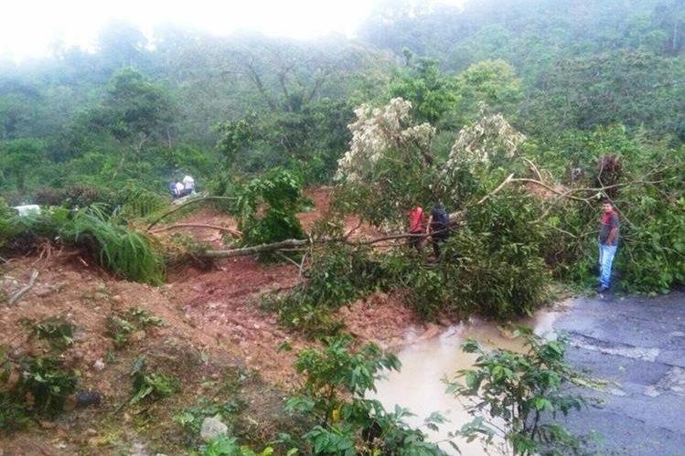 La lluvia provocó un derrumbe en el kilómetro 299 en la ruta que a El Tumbador, San Marcos. (Foto Prensa Libre: Insivumeh)