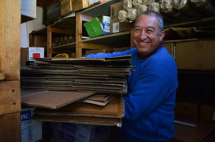 Juan Robles guarda las cajas de cartón que posteriormente son reutilizadas. (Foto Prensa Libre: María Longo)