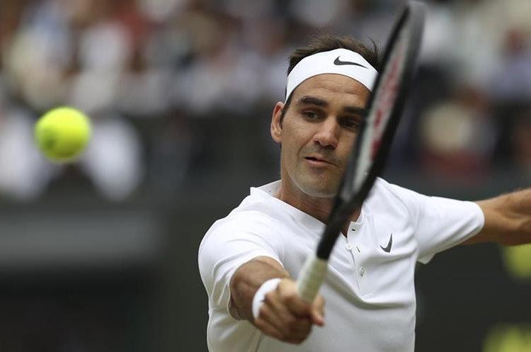 El suizo Roger Federer, en acción, durante el juego de la final de Wimbledon, frente a Marin Cilic. (Foto Prensa Libre: AP)