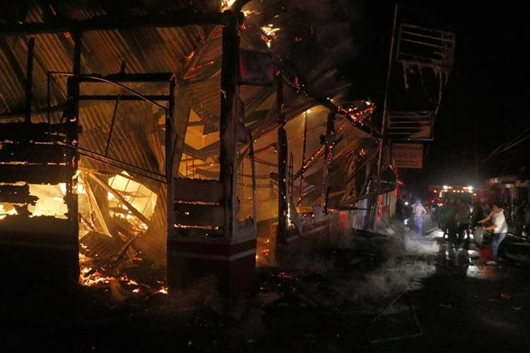 Llamas destruyen dos comercios en San Felipe, Retalhuleu. (Foto Prensa Libre: Rolando Miranda).