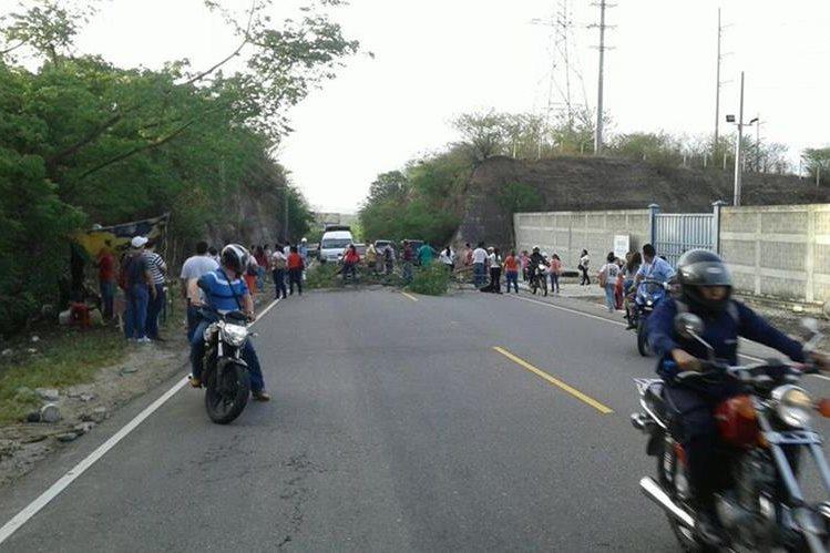 Automovilistas quedan atrapados en el km 136 de la ruta a Chiquimula, en Río Hondo, Zacapa. (Foto Prensa Libre: Víctor Gómez)