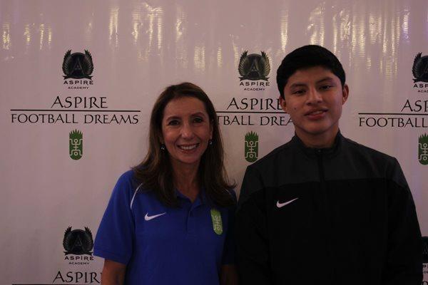 Silvia Carazo, enlace de Aspire Football Dreams en Guatemala, y Brolin Valdizón, ganador de beca del 2014. (Foto Prensa Libre: Edwin Fajardo)