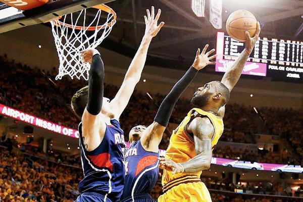 LeBron James —23— de los Cavaliers de Cleveland busca concretar mañana otra noche inspirada en el cuarto juego de la serie. El viernes anotó 30 puntos y el domingo 37. (Foto Prensa Libre: AFP)
