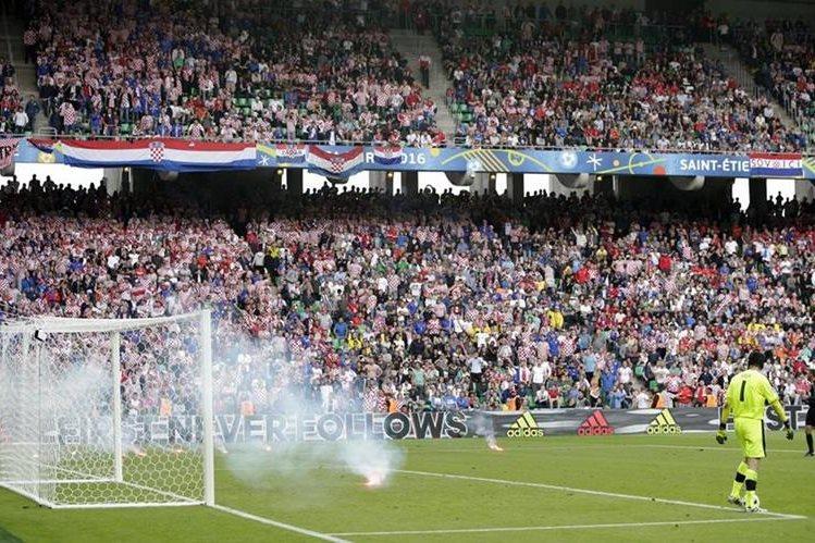 El portero Peter Cech habló de los incidentes con las vengalas durante el partido. (Foto Prensa Libre: AP)