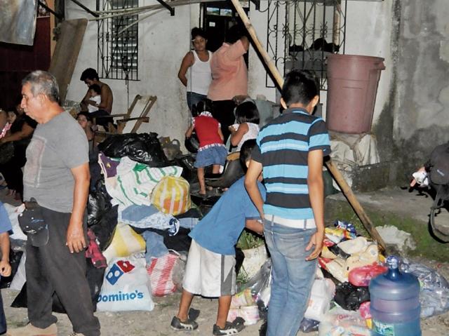 vecinos recaudan  ropa y víveres  para las familias  que perdieron su vivienda, en Coatepeque.