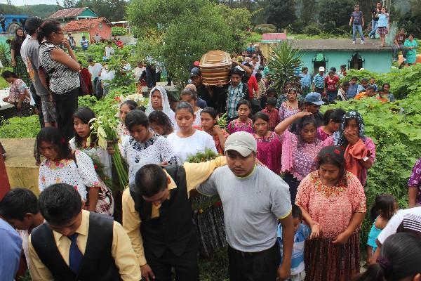 Cortejo fúnebre se encamina  al cementerio general de Santa Cruz Verapaz, Alta Verapaz, en el que participaron vecinos y familiares de Alfonso Cu Chen.