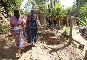 Luciana y su hija regresan a su casa, en San José Nacahuil, luego de otra fallida cita en el Hospital General. (Foto Prensa Libre: Estuardo Paredes)