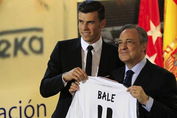 Gareth Bale junto a Florentino Pérez en su llegada al Real Madrid. (Foto Prensa Libre: Hemeroteca PL)