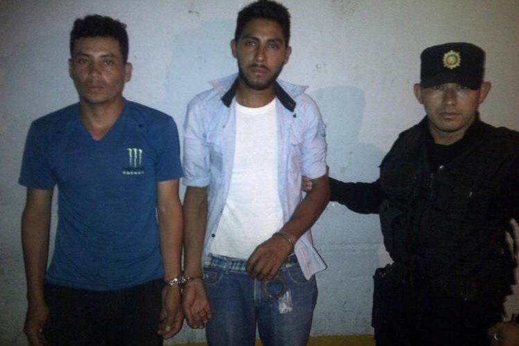 Los dos hombres que fueron capturados cuando enterraban un feto. (Foto Prensa Libre: Óscar González)