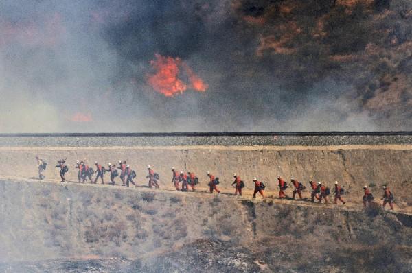 Bomberos se dirigen a combatir el incendio forestal en Santa Clarita. (AP).