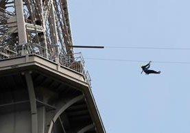 Las personas han podido experimentar una velocidad de hasta 90 km/h en la tirolesa instalada en la Torre Eiffel. (Foto Prensa Libre: AFP)