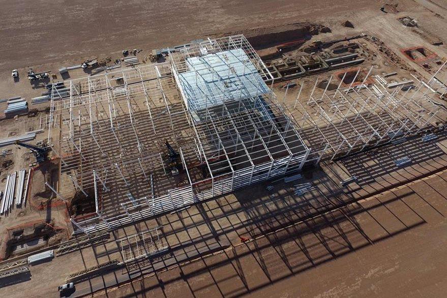 Desolación se observa en el lugar donde la construcción de Ford había sido comenzada. (Foto Prensa Libre: AFP).