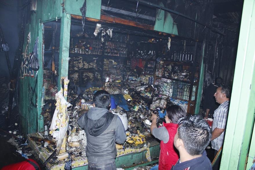 Comerciantes intentan rescatar algunos productos entre los escombros. (Foto Prensa Libre: Víctor Chamalé)