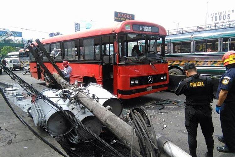 La policía documenta el incidente a inmediaciones de El Trébol, zona 8. (Foto Prensa Libre: Estuardo Paredes)