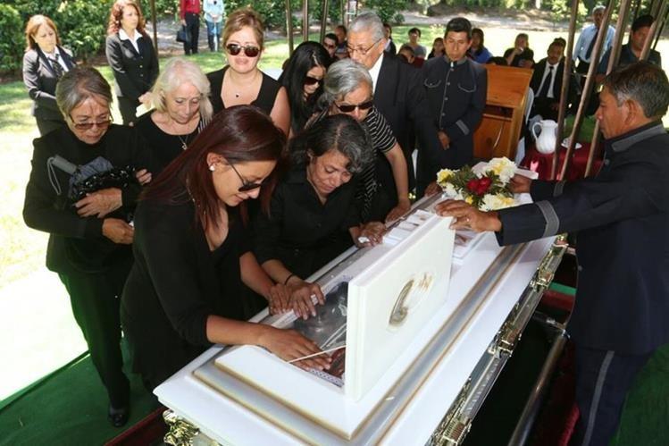 Familiares se despiden de los restos de Ana Leonor Guerra Olmedo. (Foto Prensa Libre: Cortsía)