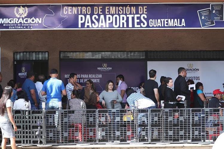 Decenas de personas pasan hasta 10 horas de pie en espera de que se les atienda en el Centro de Emisión de Pasaportes. (Foto Prensa Libre: Esbin García)