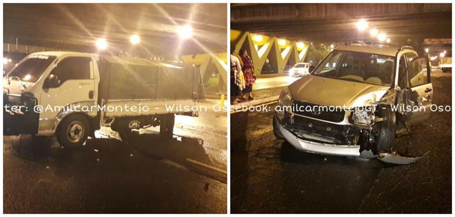 En el bulevar Liberación dos vehículos colisionaron de frente. Ambos conductores quedaron heridos. (Foto Prensa Libre: PMT)