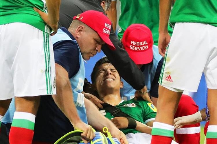 Carlos Salcedo salió lesionado del hombro en el partido contra Nueva Zelanda. (Foto Prensa Libre: EFE)