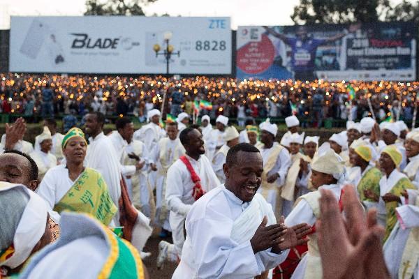 Etíopes participan en las celebraciones de Meskel de la iglesia ortodoxa.(AFP).