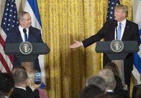 Donald Trump (d) y Benjamin Netanyahu celebran una conferencia en la Casa Blanca.(AFP).