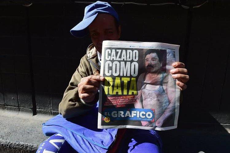 Un vendedor muestra una portada de un diario mexicano donde se publica la recaptura de El Chapo. (Foto Prensa Libre: AFP)