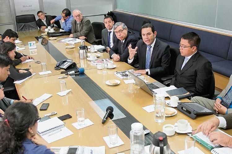 Jimmy Morales presidenciable de FNC-Nación, junto a su equipo de trabajo conversa con periodistas de Prensa Libre.