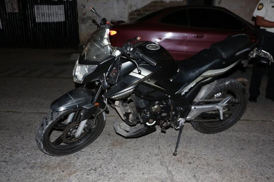 Motocicleta que habría sido utilizada por dos supuestos delincuentes durante un asalto a automovilistas en el Anillo Periférico. (Foto Prensa Libre: PNC)