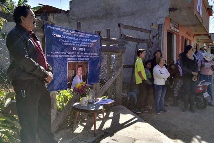 Parientes del funcionario asesinado recuerdan crimen ocurrido hace tres años. (Foto Prensa Libre: Hugo Oliva).