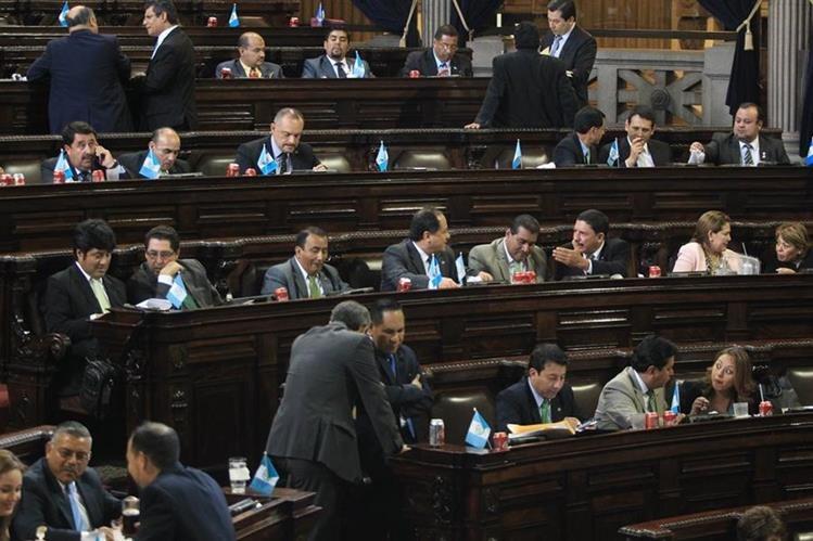 Diputados asisten a la sesión plenaria donde se discutió el código de migración. (Foto Prensa Libre: Esbin García)
