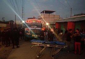 Bomberos y PNC esperan la llegada del MP a la escena del crimen. (Foto: PMT de Mixco)