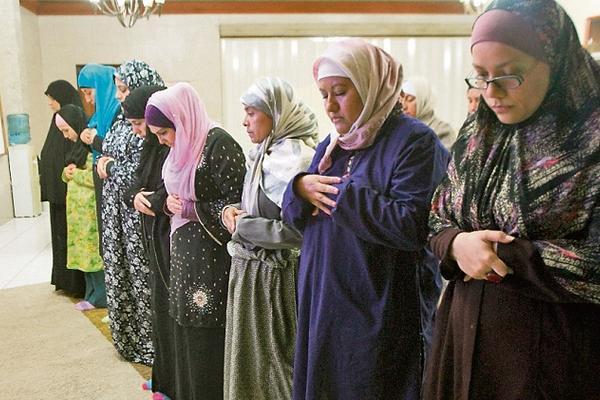 <p>Musulmanas rezan después de la única comida del día, en la mezquita Aldawa de Guatemala, zona 9 capitalina. (Foto Prensa Libre. Brenda Martínez)</p>