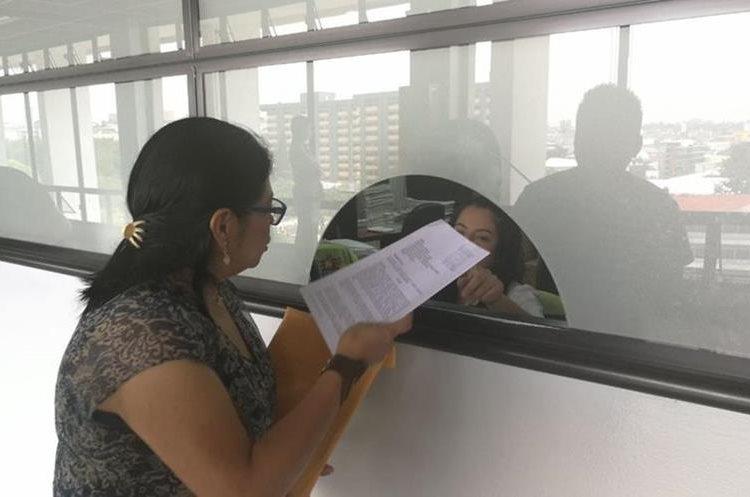 Judith Valle, presidenta del Comité Único de Barrio de la colonia Cipresales, hace entrega del memorial en la secretaría de la Municipalidad de Guatemala. (Foto Prensa Libre: Oscar Felipe Q.)