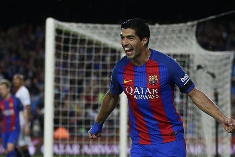 Así festejó Luis Suárez después de marcarle al Sevilla. (Foto Prensa Libre: AP)