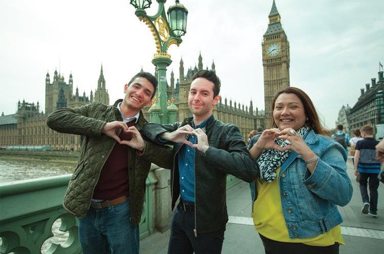 Tres guatemaltecos posan para la campaña de Banco Industrial en Londres.