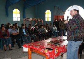 El Ministro de Agricultura, Mario Méndez Montenegro, explica a líderes comunitarios el plan de cultivos alternativos en Tajumulco e Ixchiguán.(Foto Prensa Libre: Whitmer Barrera)