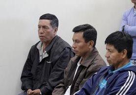 Los tres sindicados de actos de corrupción escuchan la decisión del Juzgado B de Primera Instancia Penal de Quetzaltenango. (Foto Prensa Libre: María José Longo).