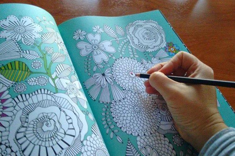 Colorear libros de adultos ayuda a liberar el estrés.