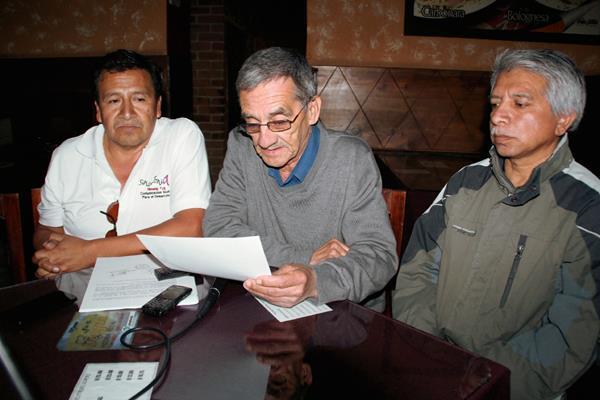 Integrantes de Apehue manifiestan su repudio por la muerte de los dos periodistas en Mazatenango, Suchitepéquez. (Foto Prensa Libre: Mike Castillo)