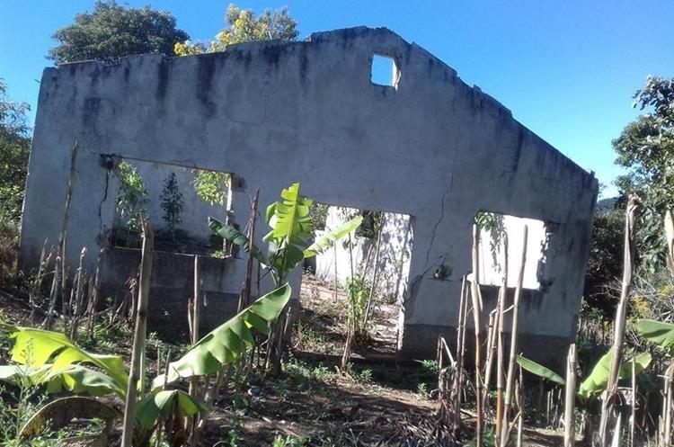 Una de las viviendas abandonadas que tiene grietas en su infraestructura por los hundimientos. (Foto Prensa Libre: Mario Morales)
