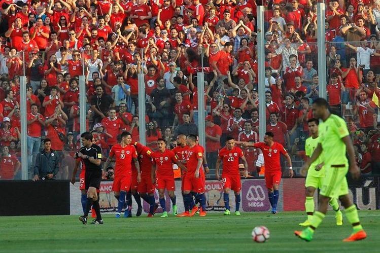Jugadores de la selección de Chile festejan el gol de Alexis Sánchez. (Foto Prensa Libre: AFP